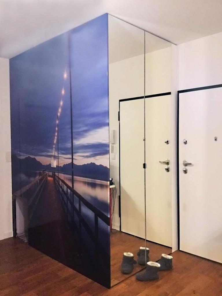 szafa do przedpokoju z grafika i lustrem